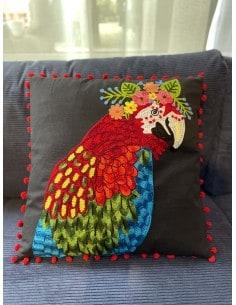 Coussin brodé perroquet